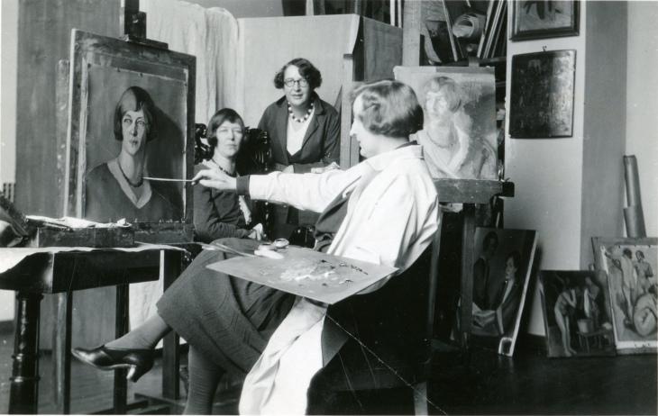 Martta Wendelin maalaamassa Eero Järnefeltin ateljeessa 1932. Mukana maalaamassa olivat Hanna Suomalainen ja Viivi von Schrowe-Kallio. Kuva yksityiskokoelma